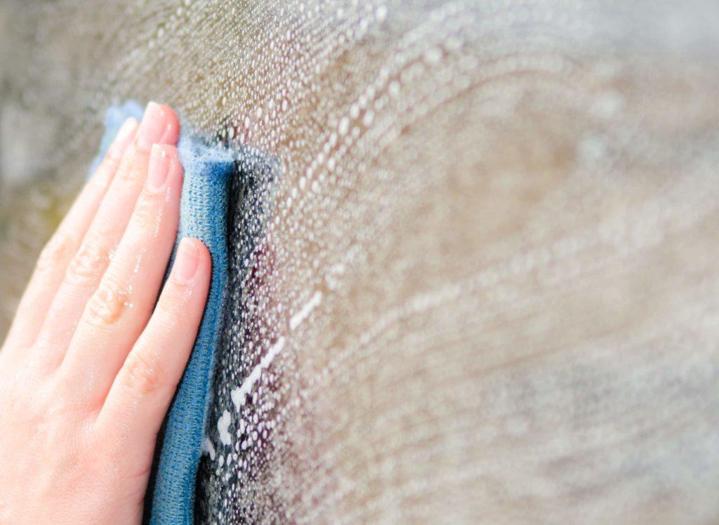 comment nettoyer le verre des vitres apprenez bien nettoyer vos vitres sans d penser votre. Black Bedroom Furniture Sets. Home Design Ideas